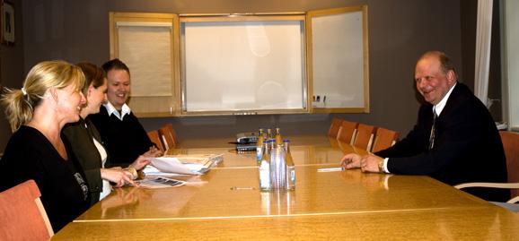 Monika Ohlsson och Anna Almberg från Animal Protection Network, med Daniel Rolke (Djurrättsalliansen) och jordbruksminister Eskil Erlandsson
