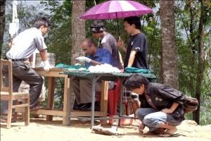 Veterinärer arbetar på Kalimpong Animal Shelters mobila veterinärklinik i Dalapchand Busty, Indien